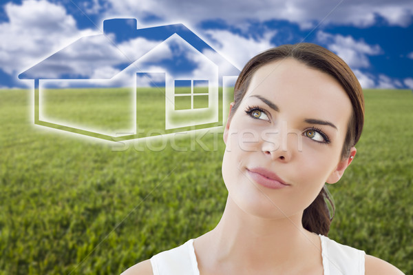 Vrouw grasveld huis cijfer achter Stockfoto © feverpitch