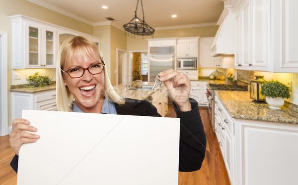 ストックフォト: 若い女性 · キー · キッチン