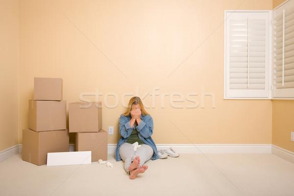 Stock fotó: Zaklatott · nő · padló · dobozok · üres · tábla · üres · szoba
