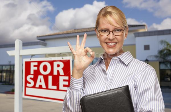 Zakenvrouw kantoorgebouw verkoop teken glimlachend okay Stockfoto © feverpitch