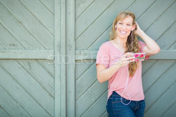 Ao ar livre retrato marrom mulher escuta Foto stock © feverpitch