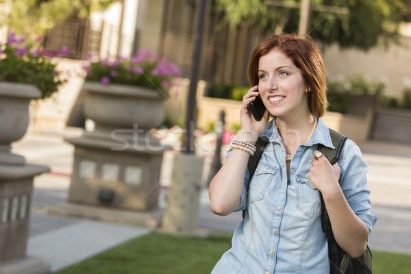 Stockfoto: Jonge · vrouwelijke · student · lopen · buiten · mobiele · telefoon