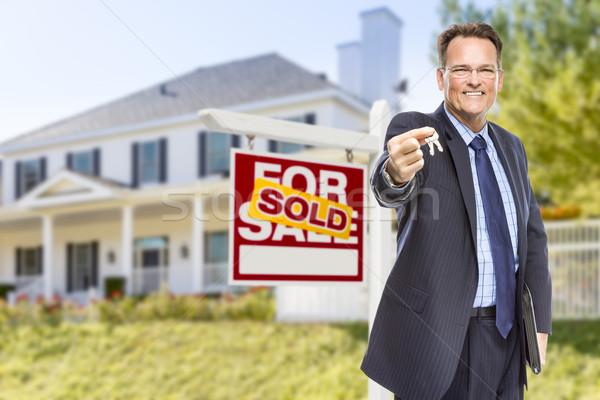 Stockfoto: Agent · sleutels · uitverkocht · teken · huis · makelaar