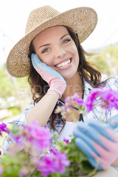Fiatal felnőtt nő visel kalap kertészkedés kint Stock fotó © feverpitch