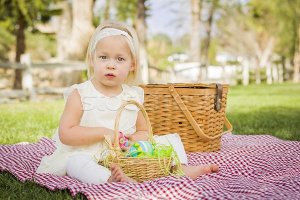 Cute genieten paaseieren picknickdeken gras Stockfoto © feverpitch