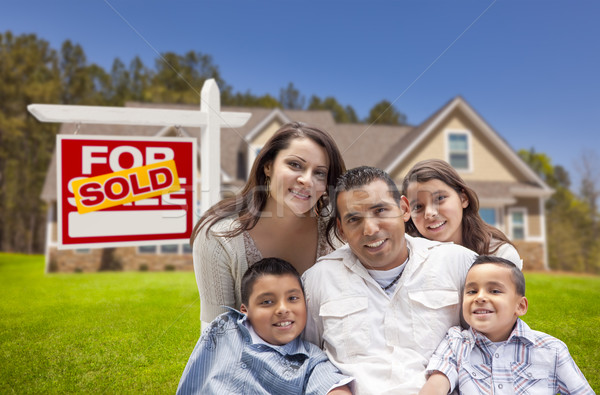 Foto stock: Hispanos · familia · nuevo · hogar · vendido · inmobiliario · signo