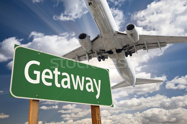 Stock fotó: Zöld · jelzőtábla · repülőgép · fölött · drámai · kék · ég