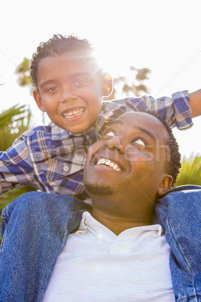 Stockfoto: Halfbloed · vader · zoon · spelen · op · de · rug · gelukkig · park