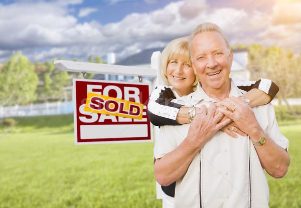 Uitverkocht onroerend teken huis gelukkig Stockfoto © feverpitch