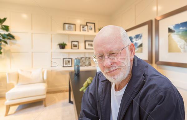 Senior man binnenkant kantoor aan huis Stockfoto © feverpitch