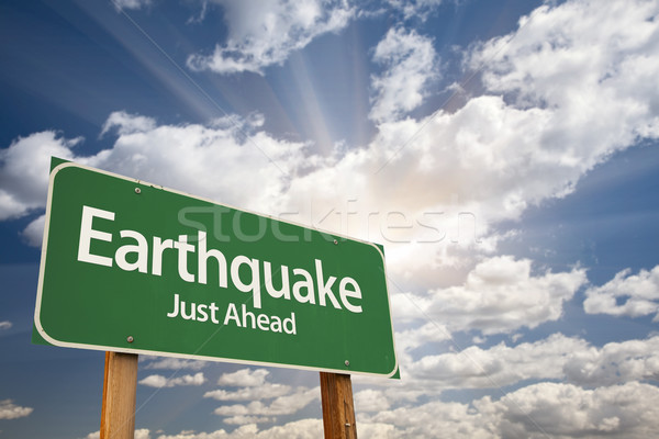 Aardbeving groene verkeersbord dramatisch wolken hemel Stockfoto © feverpitch