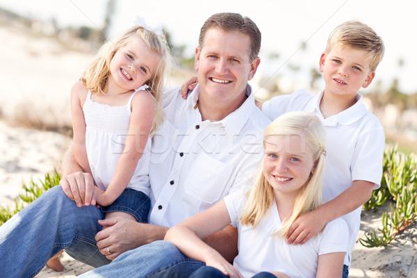 Bonito pai bonitinho crianças praia retrato Foto stock © feverpitch