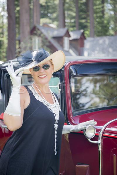 Aantrekkelijke vrouw twintiger antieke auto aantrekkelijk jonge vrouw Stockfoto © feverpitch