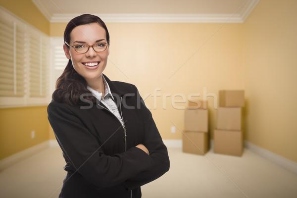 Halfbloed vrouw lege kamer dozen aantrekkelijk home Stockfoto © feverpitch
