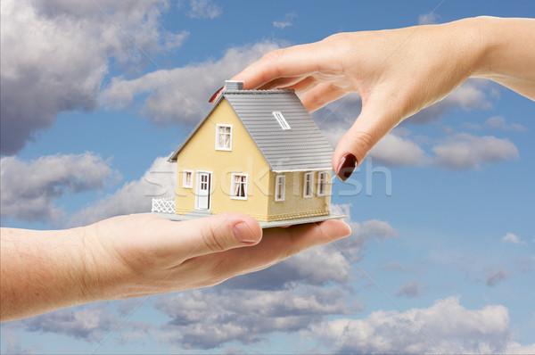 Home vrouwelijke hand huis deels bewolkt Stockfoto © feverpitch