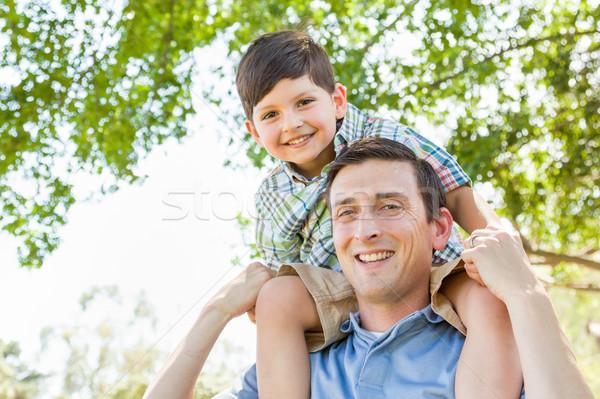 Filho pai jogar piggyback juntos parque Foto stock © feverpitch