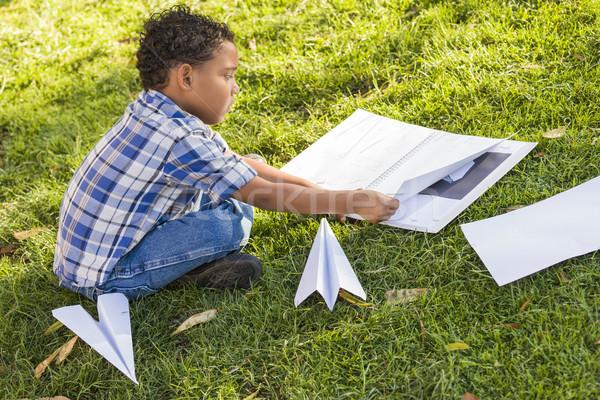 Halfbloed jongen leren papier vliegtuigen buitenshuis Stockfoto © feverpitch