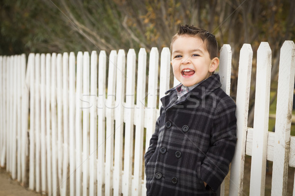 ストックフォト: 小さな · 混血 · 少年 · 待って · スクールバス · フェンス
