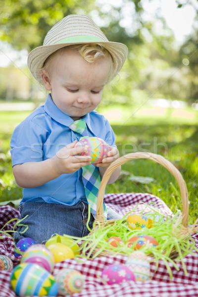 Cute weinig jongen genieten paaseieren buiten Stockfoto © feverpitch