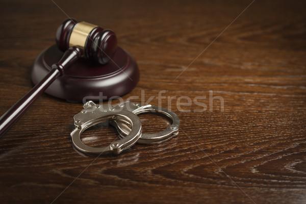 Martillo par esposas mesa mesa de madera mano Foto stock © feverpitch