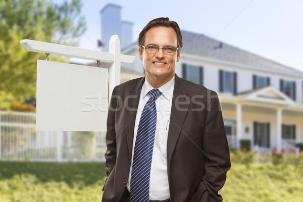 Stock fotó: Férfi · ingatlanügynök · üres · tábla · ház · otthon · vásár