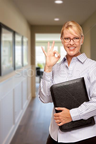Femme dossier ok signe de la main couloir maison Photo stock © feverpitch