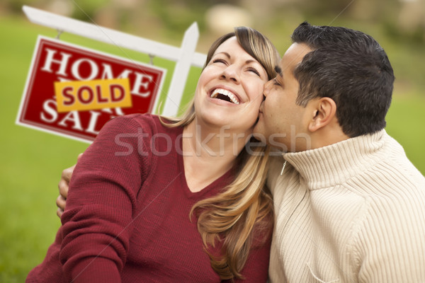 Pareja vendido inmobiliario signo feliz Foto stock © feverpitch