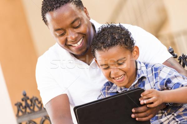 Stockfoto: Halfbloed · vader · zoon · touch · computer · tablet · gelukkig