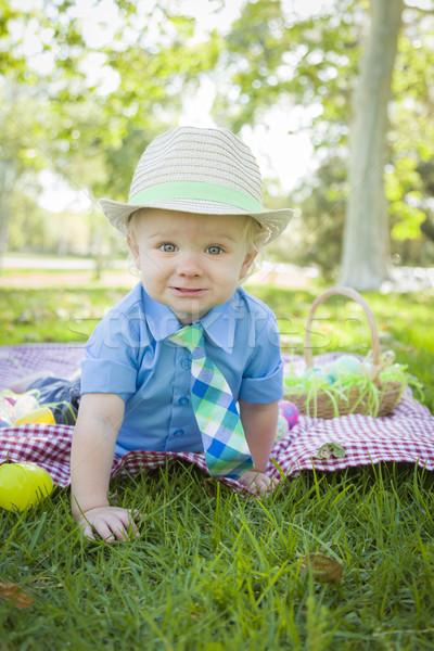 Cute weinig jongen glimlacht paaseieren rond Stockfoto © feverpitch