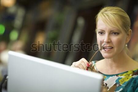 Foto stock: Hermosa · mujer · rubia · teléfono · celular · ordenador · portátil · usando · la · computadora · portátil · ordenador