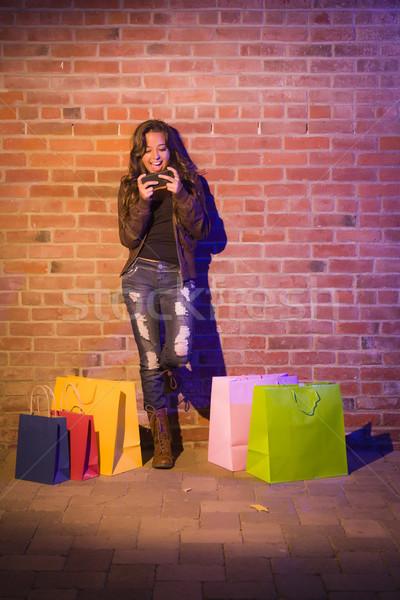 Vrouw mobiele telefoon muur mooie halfbloed Stockfoto © feverpitch