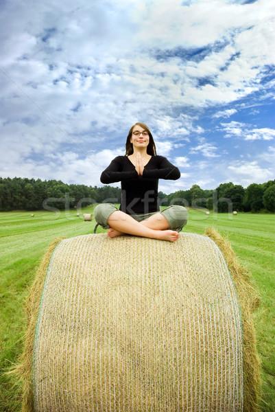 Menina sessão fardo palha mulher jovem feno Foto stock © filmstroem