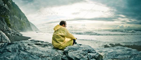 человека смотрят океана молодым человеком сидят рок Сток-фото © filmstroem