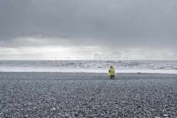 человека смотрят морем желтый дождь пальто Сток-фото © filmstroem