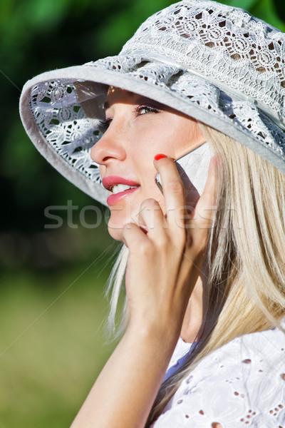 Praten mobiele telefoon mooie jonge vrouw mobiele telefoon gezicht Stockfoto © fogen