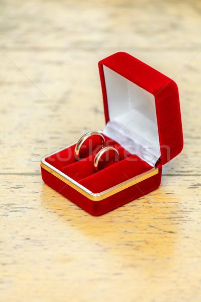 Trouwringen twee vak Rood houten tafel liefde Stockfoto © fogen