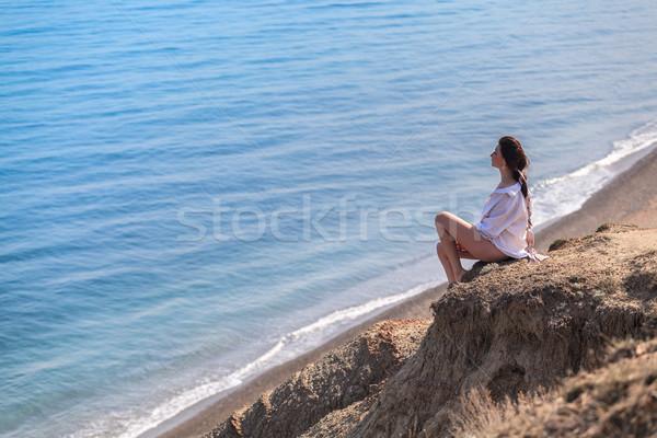 Zee meisje vergadering rock naar Stockfoto © fogen