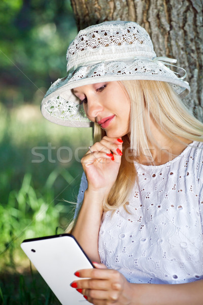 Nina ipad hermosa niña lectura noticias viendo Foto stock © fogen