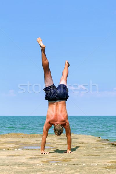 Genç atlet meşgul jimnastik deniz gökyüzü Stok fotoğraf © fogen