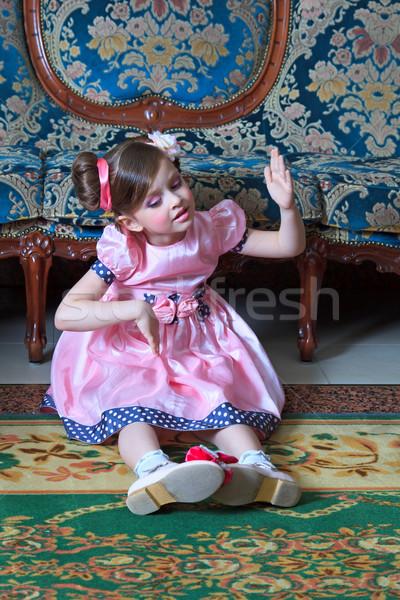 Kız pembe oturma zemin Stok fotoğraf © fogen