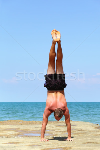 Yoga zee jonge atleet verloofd gymnastiek Stockfoto © fogen