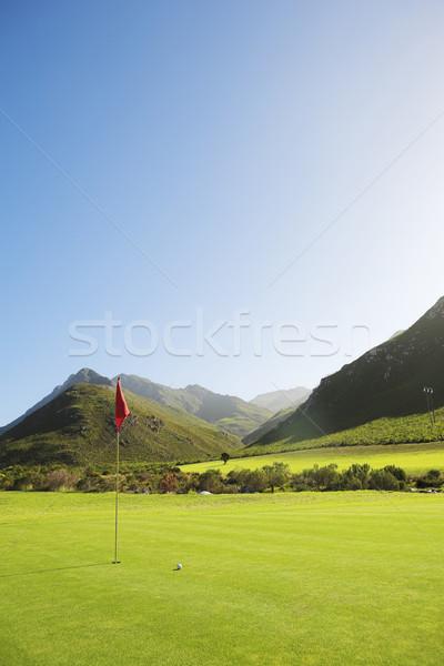 Foto d'archivio: Golf · campo · da · golf · rosso · bandiera · montagna · verde
