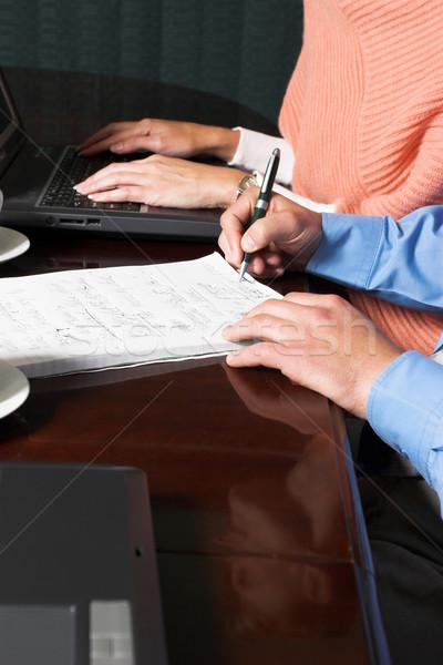 Zakenlieden vergadering boardroom man vrouwen werk Stockfoto © Forgiss