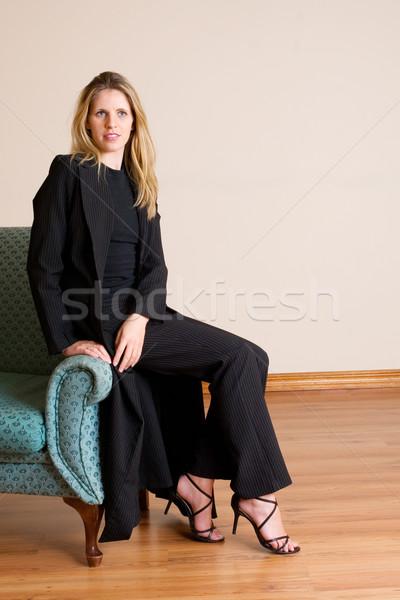 80 blond kobieta posiedzenia kanapie biuro Zdjęcia stock © Forgiss