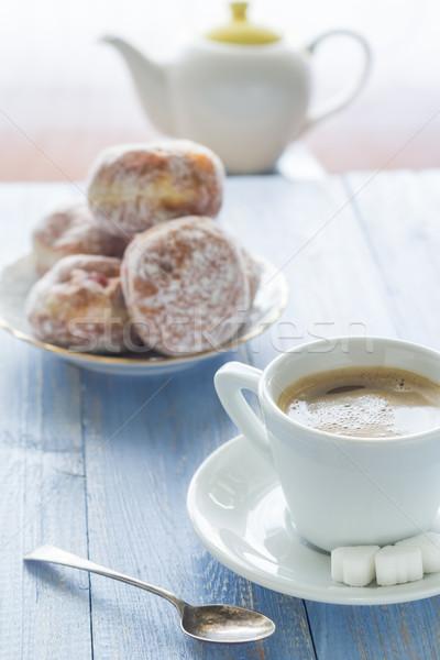 Kávéscsésze tej édes desszert fánkok porcukor Stock fotó © fotoaloja