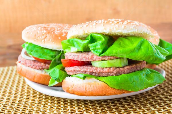 Due fatto in casa alla griglia hamburger legno tavola Foto d'archivio © fotoaloja