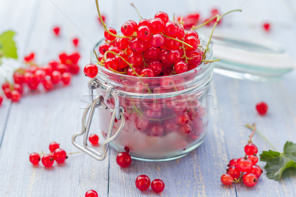 Vermelho groselha fruto jarra mesa de madeira jardim Foto stock © fotoaloja