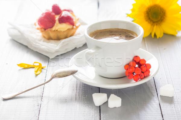 Kahve fincanı süt tatlı tatlı kek çilek Stok fotoğraf © fotoaloja