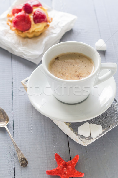 Koffiekopje melk zoete dessert cake aardbeien Stockfoto © fotoaloja
