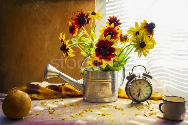 Natureza morta buquê amarelo regador relógio flores Foto stock © fotoaloja